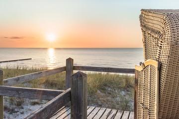 Fototapete - Den Sonnenuntergang im Strandkorb an der Ostsee geniessen