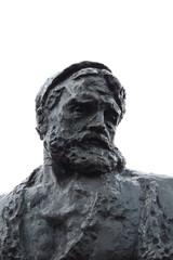 estatua en un cuidad ruso de fondo cielo blanco gris