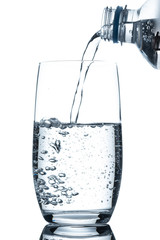 Glas mit Mineralwasser Flasche eingießen mit Luftblasen