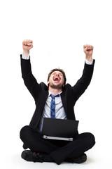 jubelnder Geschäftsmann mit Laptop, freigestellt vor weißem Hintergrund