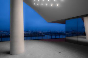 Elbphilharmonie mit nächtlichem Hafenblick