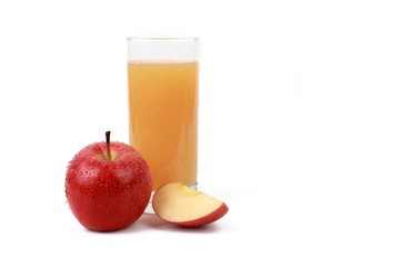 Photo sur Plexiglas Jus, Sirop apple juice - red apple with drops of water and a glass of naturally cloudy apple juice in front of white background
