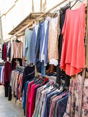 Mercado callejero de ropa