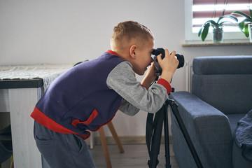 Fototapeta mały chłopiec robi zdjęcie obraz