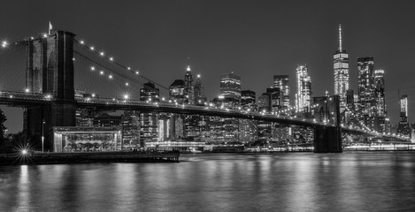 Photo sur Aluminium Brooklyn Bridge brooklyn bridge at night in black and white