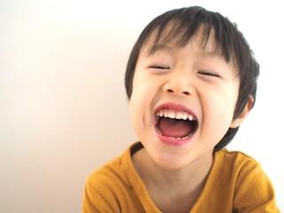 爆笑する子供