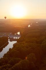Papiers peints Marron Vol en montgolfière - vue aérienne au lever du soleil