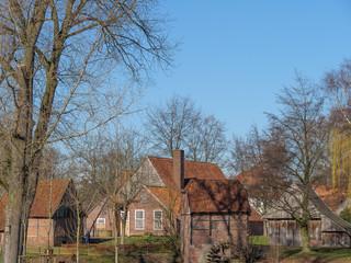 Alte Häuser am Fluss im Münsterland