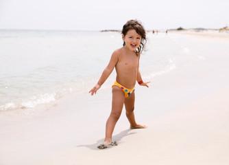 Giocando in riva al mare
