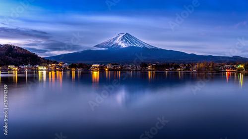 Wall mural Fuji mountain and Kawaguchiko lake in morning, Autumn seasons Fuji mountain at yamanachi in Japan.