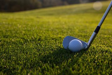 Bola y palo de golf antes de tirar