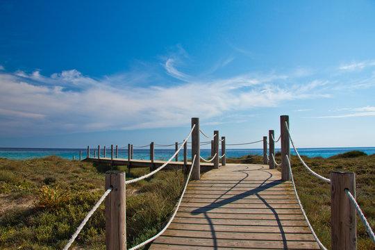 Holzsteg in den Dünen von Son Bou, Menorca