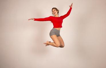 Mujer joven saltando