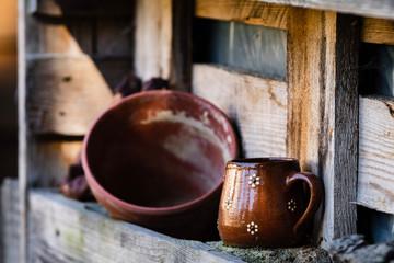 Kaffeepott und Blumentopf in einer Palette am Hochbeet