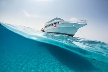 Split photography of safari yacht and underwater Fototapete