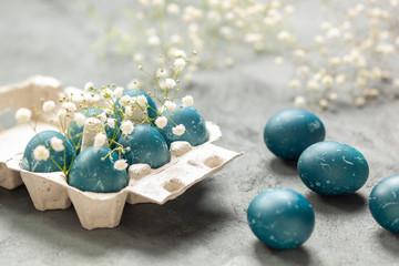Obraz Wielkanoc - jaja barwione czerwoną kapustą - fototapety do salonu