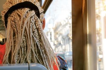 femme africaine avec cheveux blonds tressés dans tram