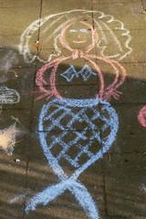 dessin de sirène enfant à la craie sur trottoir