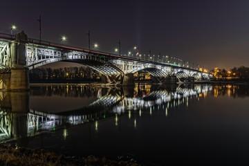 Most Poniatowskiego w Warszawie iluminowany w nocy