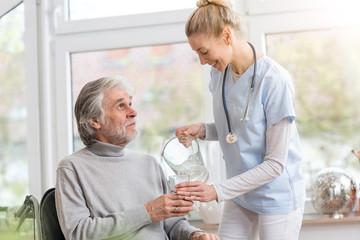 Senior und Pflegerin