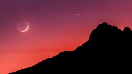 Papiers peints Grenat La Lune et Venus sur les Aiguilles de Chabrières. The Moon and Venus together at the sunset over mountains