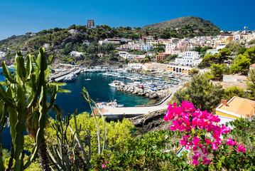 La pose en embrasure Palerme Port of Ustica Island at Tyrrhenian Sea located near Palermo, Sicily, Italy