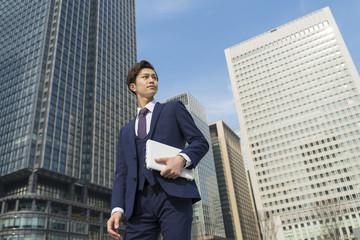 ビジネスマン ノートパソコン 東京