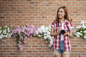 woman with mirrorless camera