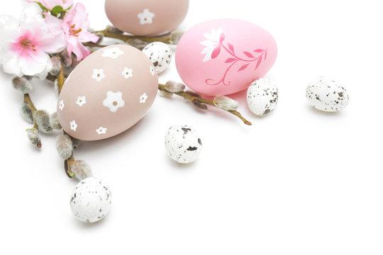 Wielkanoc jajka i ozdoby świąteczne na białym tle