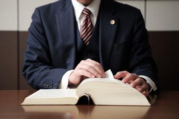 法律の勉強をする弁護士の手元