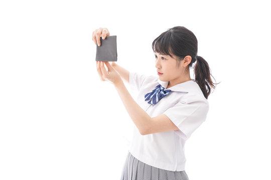 財布を確認する学生