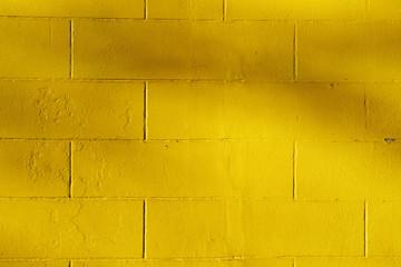 mur de briques peint en jaune