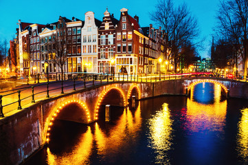Papiers peints Amsterdam Night view of canals and bridges in Amsterdam, Netherlands
