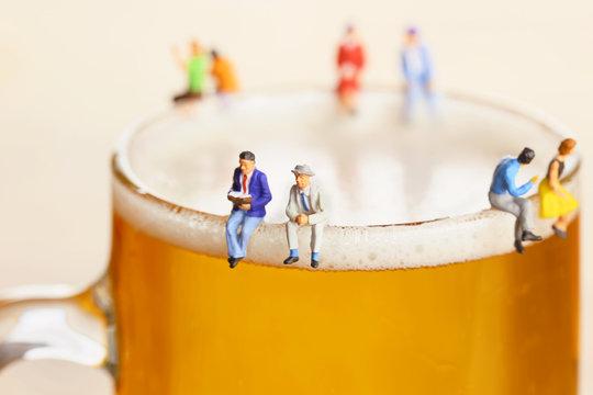 ビールと語り合う男性たち