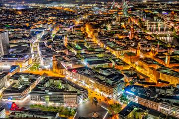 Übersicht über die Innenstadt von Frankfurt am Main bei Nacht