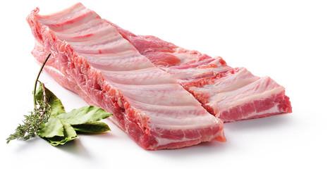Żeberka wieprzowe. Surowe mięso na białym tle