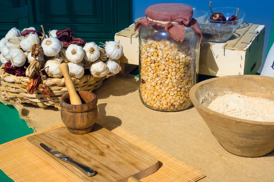 Workshop to prepare Canarian meals such as gofio or mojo picon. Jar with corn, garlic and dried peppers.