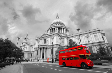 Photo sur Plexiglas Londres bus rouge London St Paul's Cathedral and Iconic Routemaster Bus.