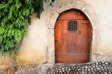 Puerta antigua en calle empedrada