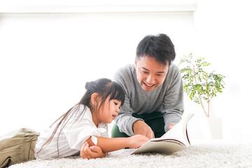 本の読み聞かせをするお父さん