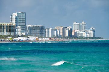 Miami Beach Skyline mit Meer und vollem Strand im Sommer