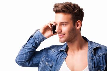 telefonierender Mann vor weißem Hintergrund