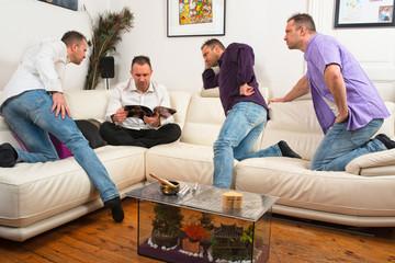 les quatre clones regardent un magazine