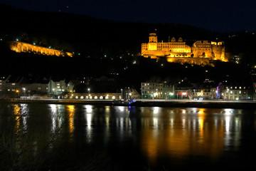 Heidelberger Schloß und Neckarufer beleuchtet am Abend