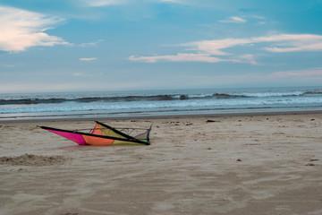 praia, céu azul e pipa colorido