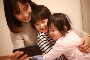 スマートフォンを使う親子