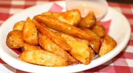Papas fritas en un plato blanco, vista de cerca