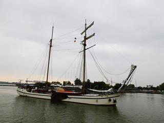 Das Segelschiff auf der See