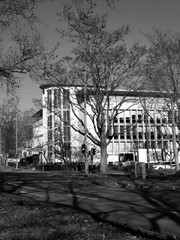 Denkmalgeschütztes Gebäude der Fünfzigerjahre im Sonnenschein in der Senckenberganlage  im Westend von Frankfurt am Main, fotografiert in traditionellem Schwarzweiß