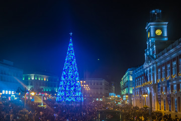 Sol Square crowded on Christmas Eve. Madrid, Spain Fotomurales